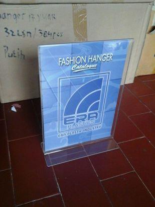 display brosur atau promosi material acrylic ukuran A4