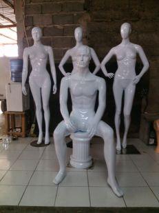 patung full body pria dewasa pose duduk material fiber glass